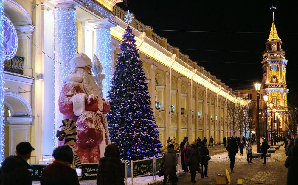 Una figura di Nonno Gelo (il Babbo Natale russo) vicino al cento commerciale Gostiny Dvor a San Pietroburgo.