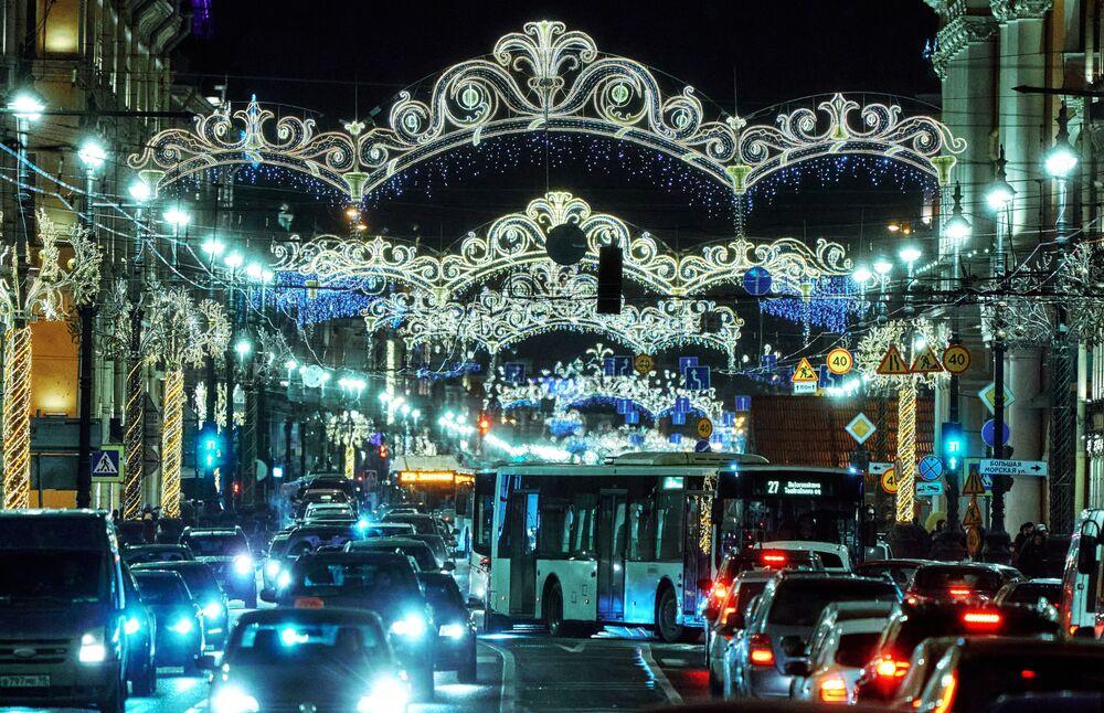 Tra tale bellezza anche rimanere intasati nel traffico fa piacere. Il corso Nevsky, San Pietroburgo.
