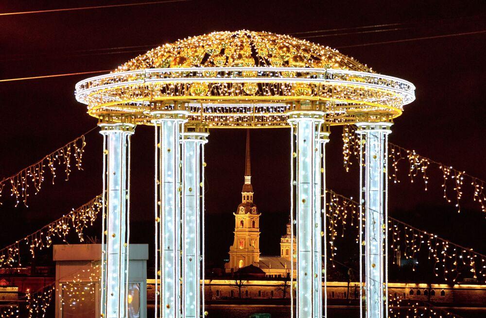 Illuminazioni natalizie sul ponte del Palazzo a San Pietroburgo.
