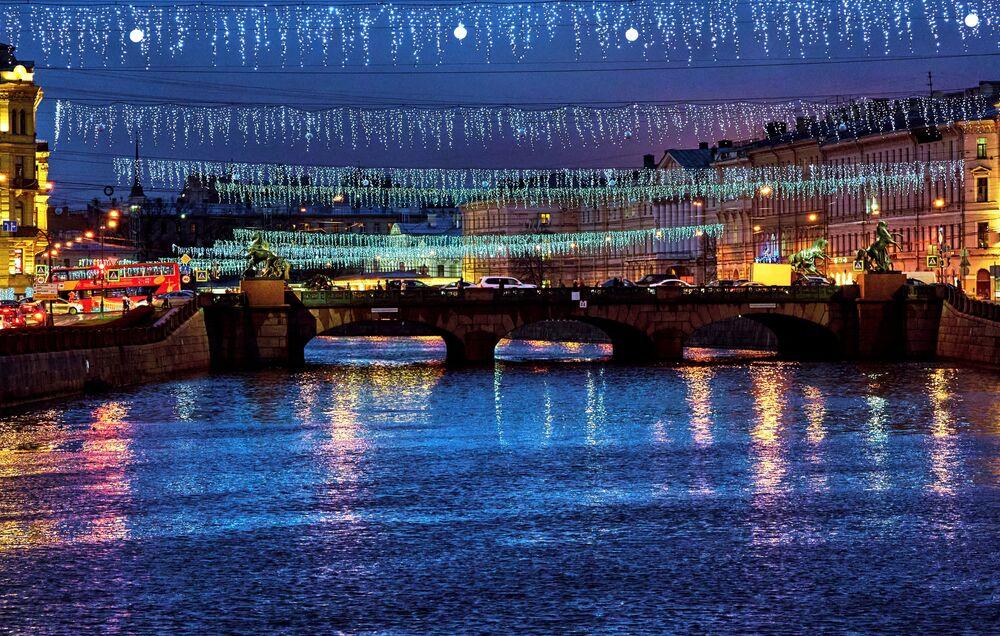 Le illuminazioni natalizie del ponte Anichkov a San Pietroburgo.