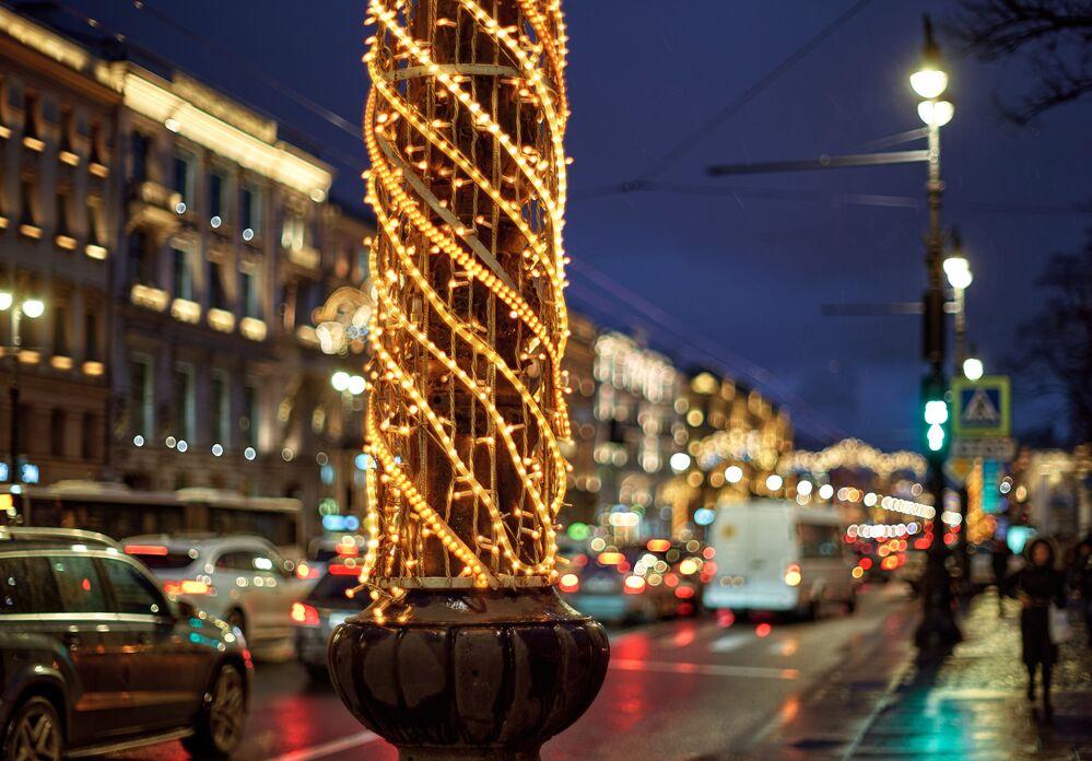 Le illuminazioni natalizie alla prospettiva Nevsky a San Pietroburgo.
