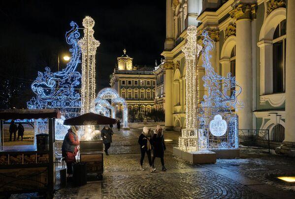 Un'illuminazione natalizia accanto al museo statale Ermitage a San Pietroburgo. - Sputnik Italia
