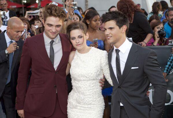 Robert Pattinson, Kristen Stewart e Taylor Lautner alla prima del film The Twilight Saga: Eclipse a Los Angeles. - Sputnik Italia