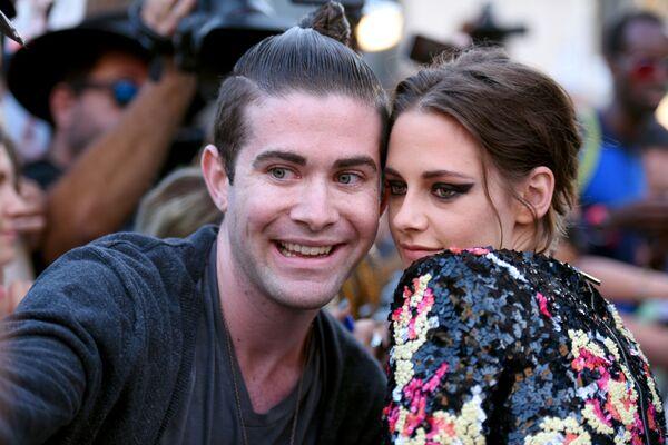 Un fan si fa un selfie con Kristen Stewart, 2015. - Sputnik Italia