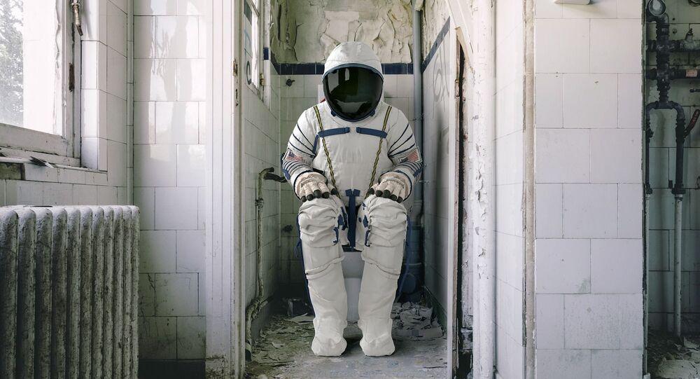 Astronauta seduto su WC