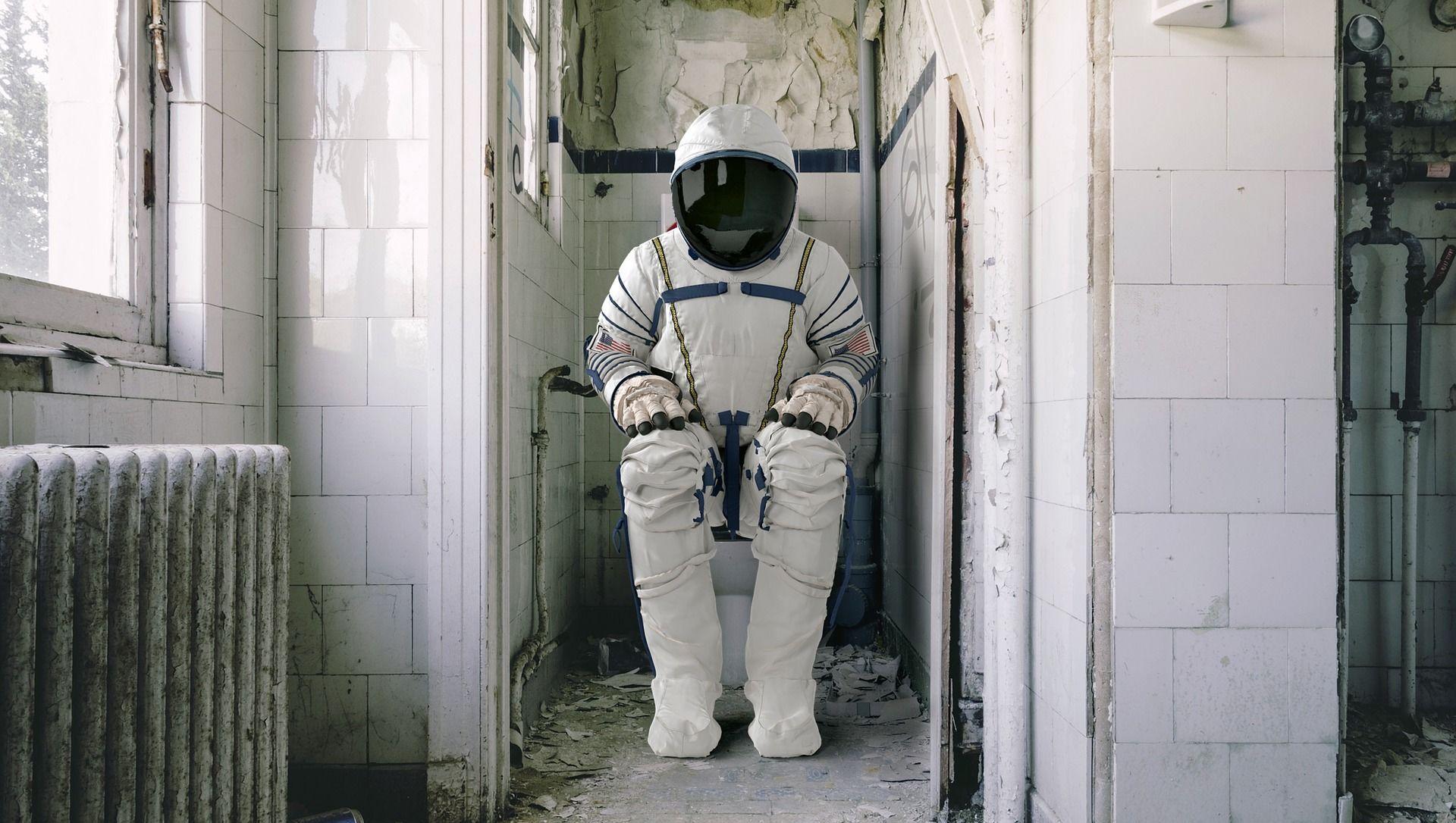 Astronauta seduto su WC - Sputnik Italia, 1920, 12.04.2021