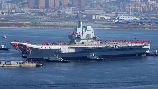 La seconda portaerei cinese Type 001A durante la cerimonia di varo nel porto di Dalian. - Sputnik Italia