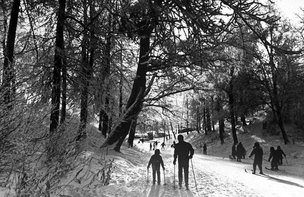 Lo sci nel parco Izmailovsky a Mosca