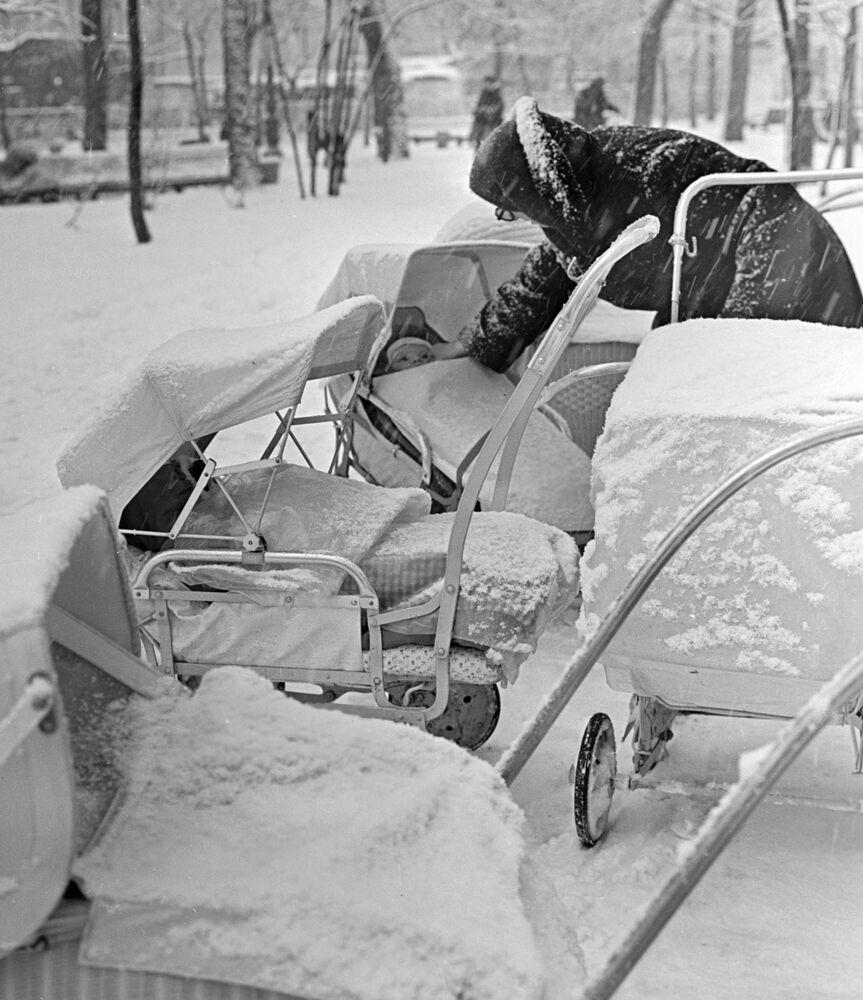 Una passeggiata sul Gogolevsky Boulevard a Mosca durante una nevicata