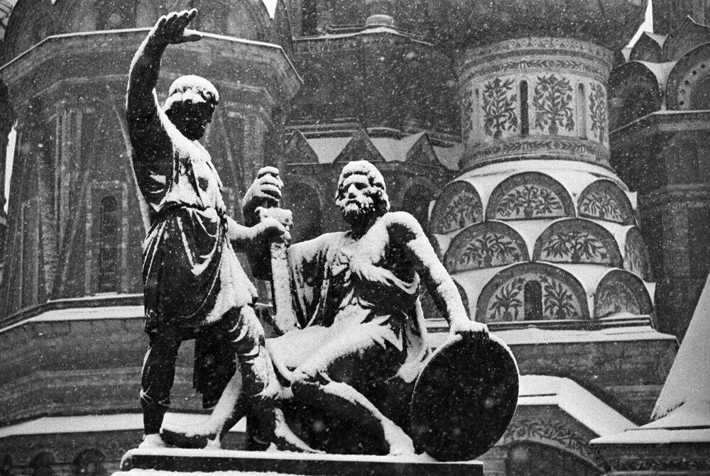 Il monumento sulla Piazza rossa dedicata a Kuzma Minin e  Dmitry Pozharsky