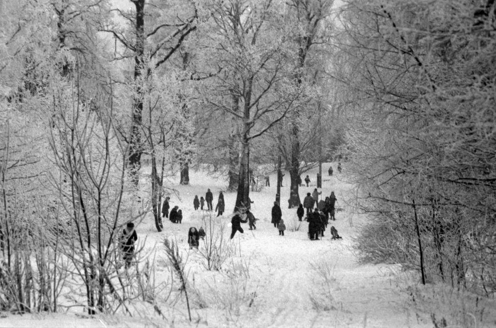 I residenti del quartiere Yasenevo di Mosca durante una passeggiata nel parco invernale