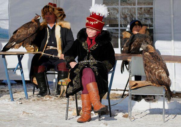 I cacciatori con le aquile addomesticate durante una tradizionale competizione di caccia, Kazakistan - Sputnik Italia