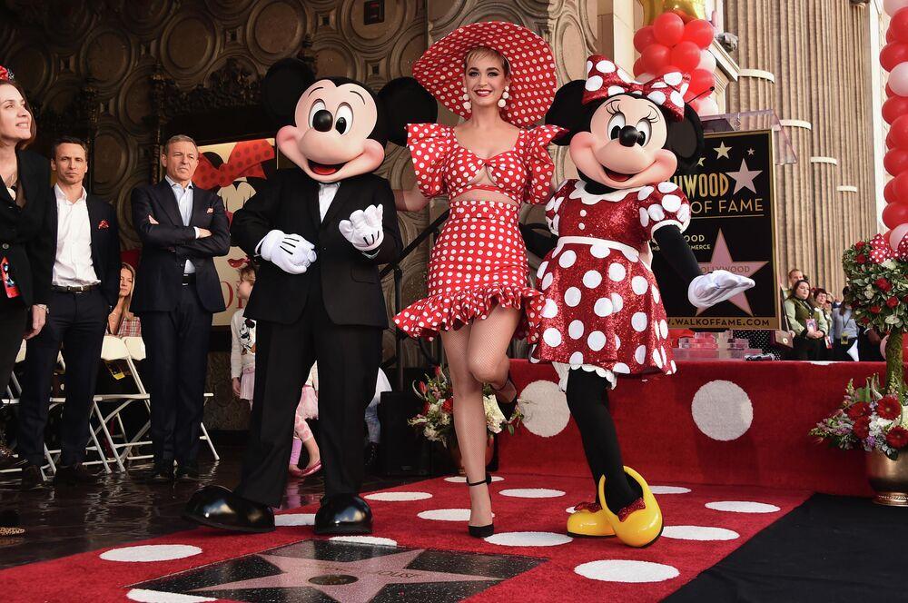 La cantante Katy Perry con Topolino e Minnie sulla Hollywood Walk of Fame.