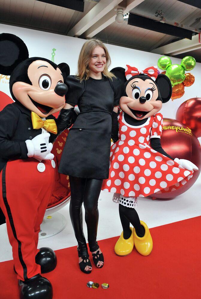 Modella Natalia Vodianova con Topolino e Minnie a Disneyland Paris.