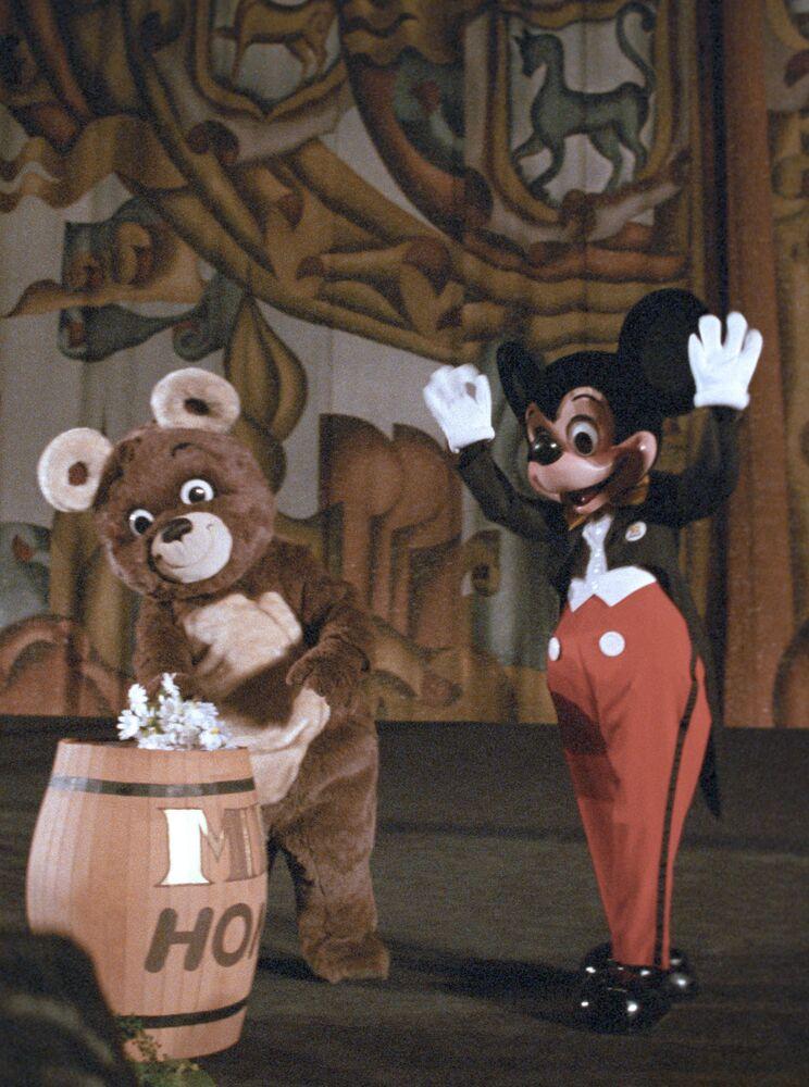 L'orso olimpico sovietico e Topolino durante la cerimonia di inaugurazione della proiezione dei film di Walt Disney nel cinema Rossiya, anno 1988.
