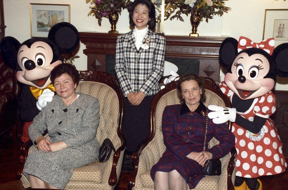 La moglie del primo presidente russo Naina Eltsina durante la visita al Disneyland di Tokyo, anno 1993.
