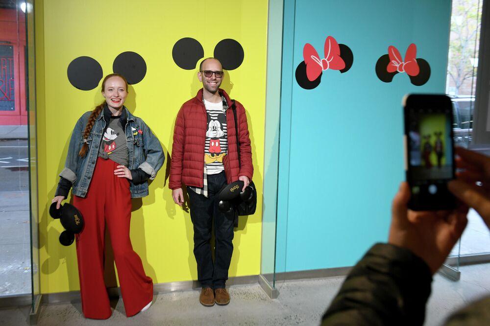 Visitatori di una mostra dedicata al 90° anniversario di Topolino a New York.