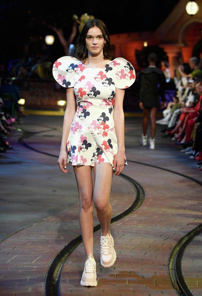 Una modella alla presentazione di una collezione in onore del 90° anniversario di Topolino a Disneyland.