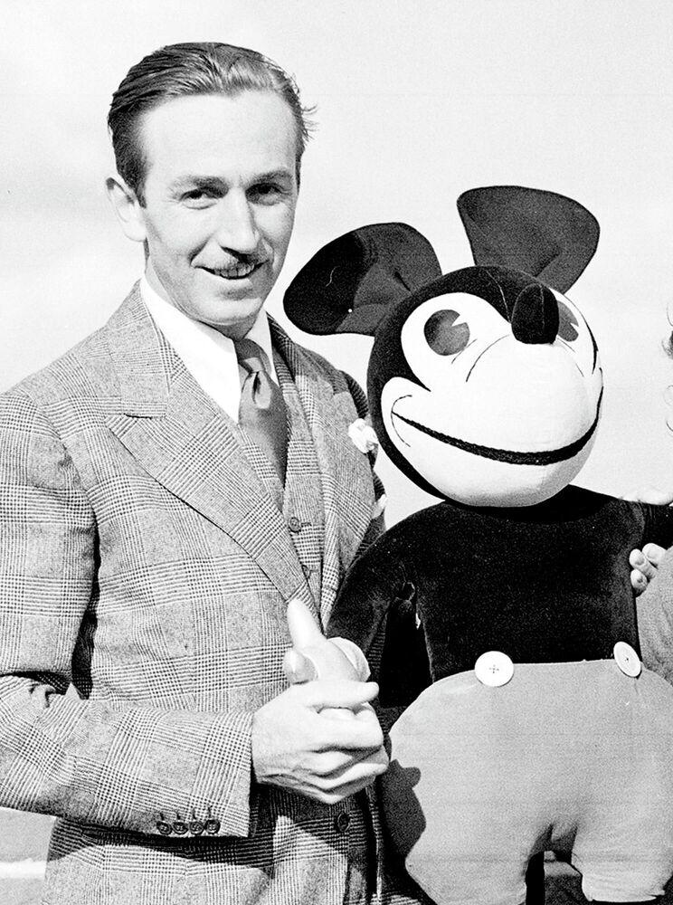 Il disegnatore di cartoni animati americano Walt Disney con una delle sue creazioni, Topolino, anno 1935.
