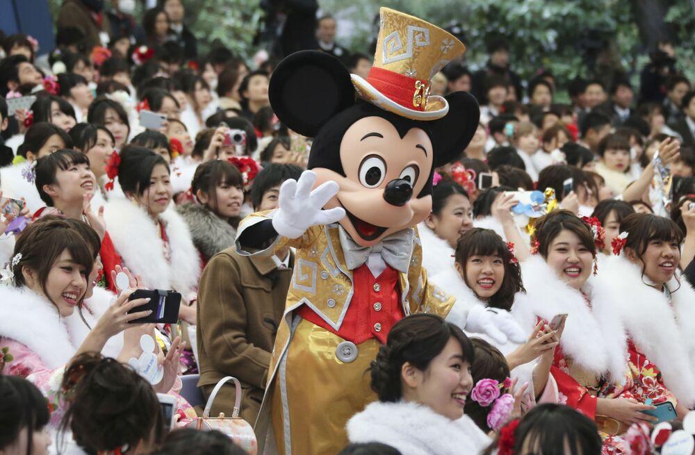 Topolino con i visitatori di Disneyland a Tokyo.