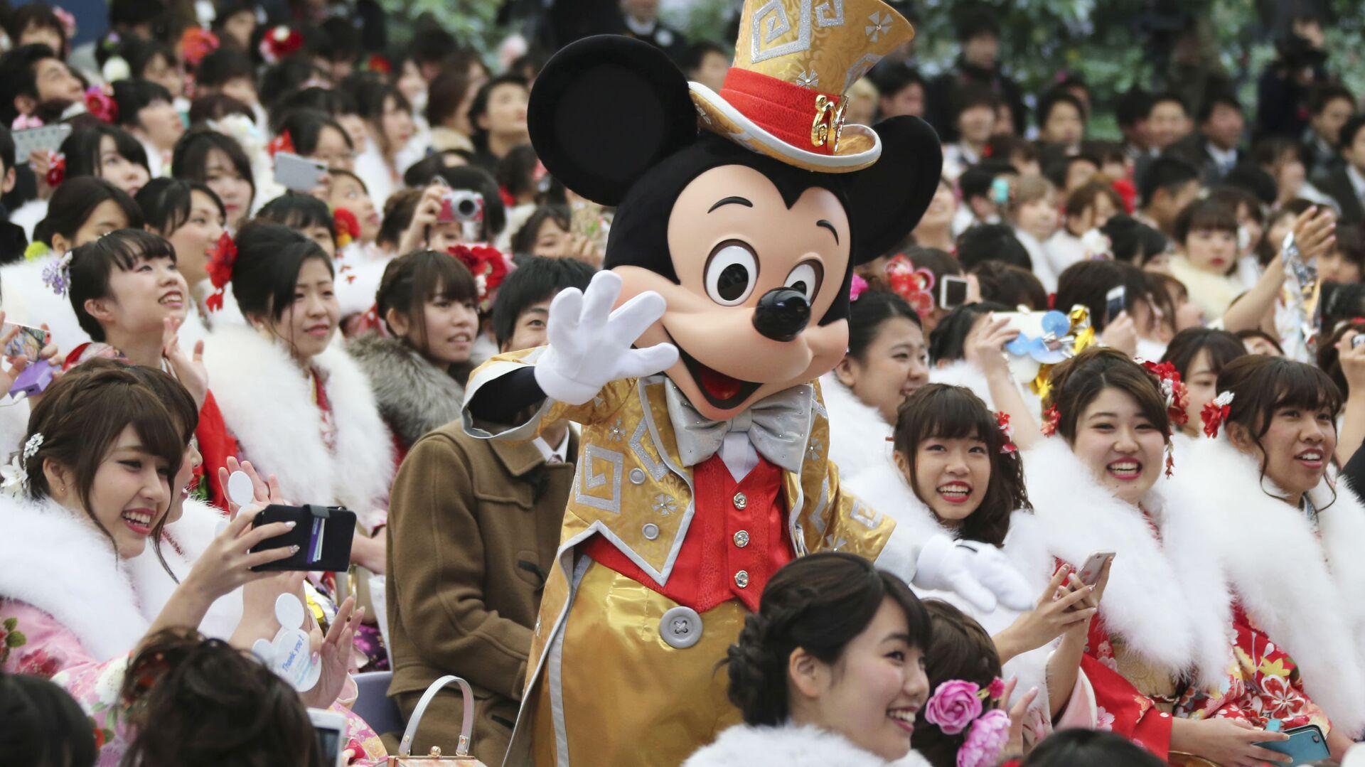 Микки Маус с посетителями Диснейленда в Токио - Sputnik Italia, 1920, 31.07.2021