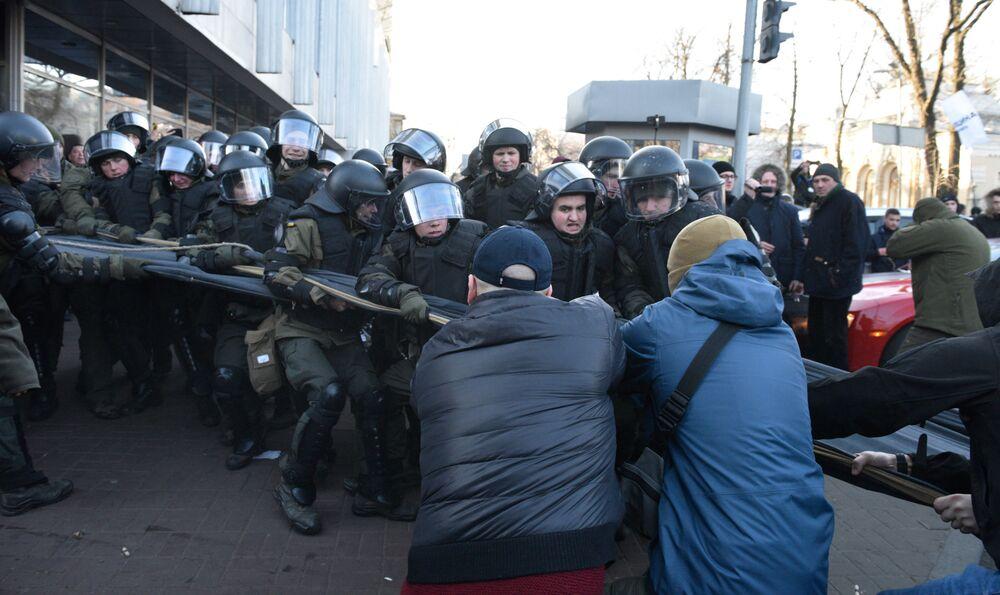 I manifestanti ucraini contro la riforma agraria si scontrano con la polizia antisommossa a Kiev, Ucraina