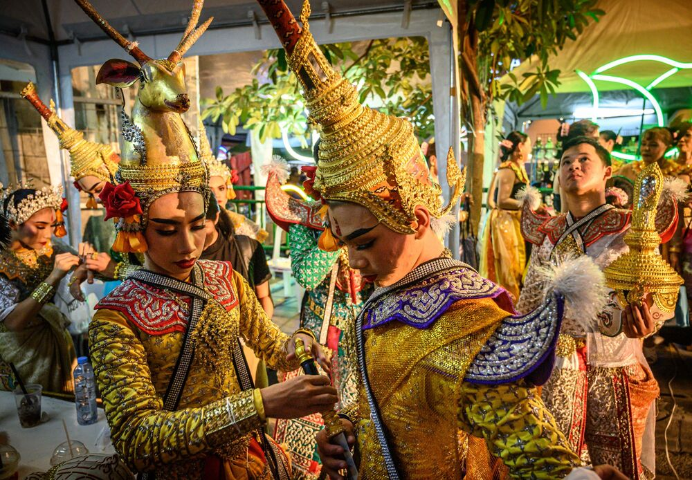 I ballerini thailandesi tradizionali si preparano ad esibirsi durante un festival a Bangkok, il 15 dicembre 2019