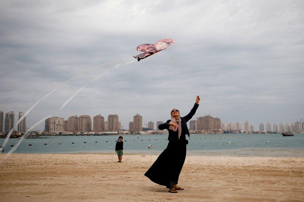 Una donna sulla spiaggia a Doha, Qatar, il 13 dicembre 2019