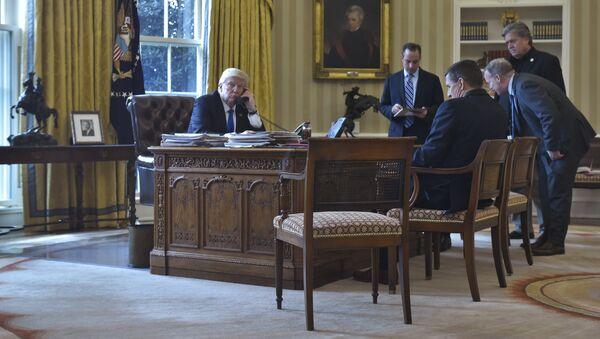Donald Trump al telefono - Sputnik Italia