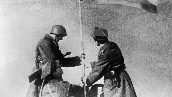I soldati sovietici e polacchi sollevano la bandiera della vittoria, Varsavia - Sputnik Italia