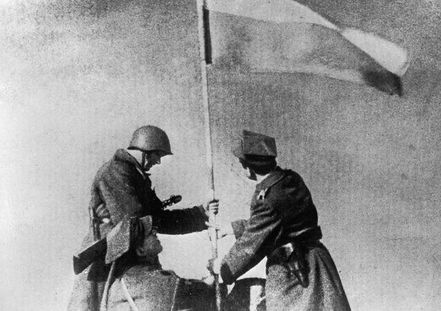 I soldati sovietici e polacchi sollevano la bandiera della vittoria, Varsavia