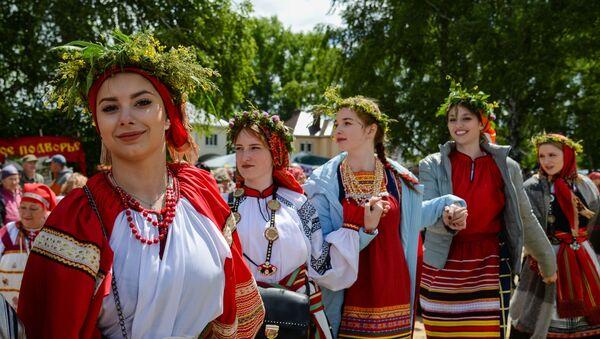 Le ragazze russe vestite da sarafan - Sputnik Italia