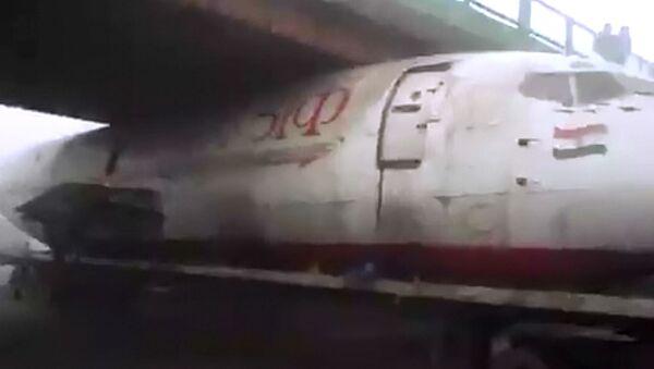 Fusoliera incastrata sotto ponte in India - Sputnik Italia