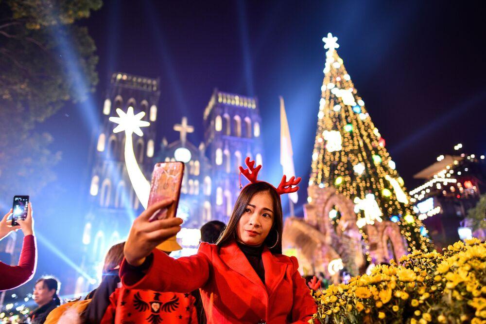 Una ragazza si fa un selfie alla vigilia di Natale in Vietnam.