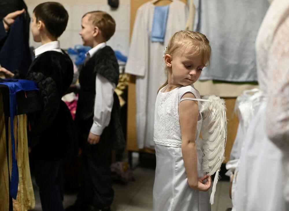Bambini si preparano a un'esibizione di Natale a Omsk, Russia.