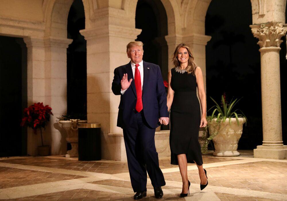 Il presidente statunitense Donald Trump e sua moglie Melania al party di Natale in Florida.