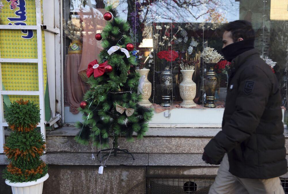Un albero di Natale di fronte a una vetrina a Kabul, Afghanistan.