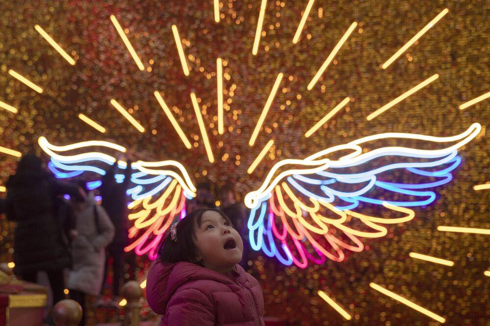 Una bambina alle celebrazioni del Natale a Pechino.