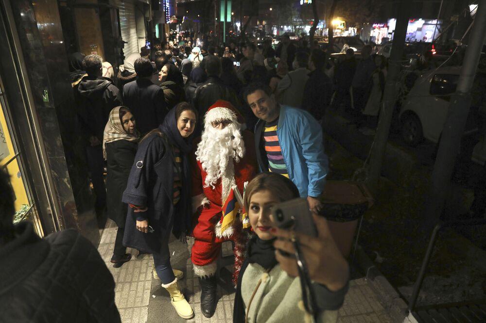 I cittadini di Teheran si fanno un selfie con un Santa Claus.