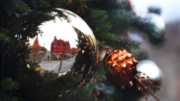Le mura del Cremlino riflesse nell'addobbo natalizio - Sputnik Italia