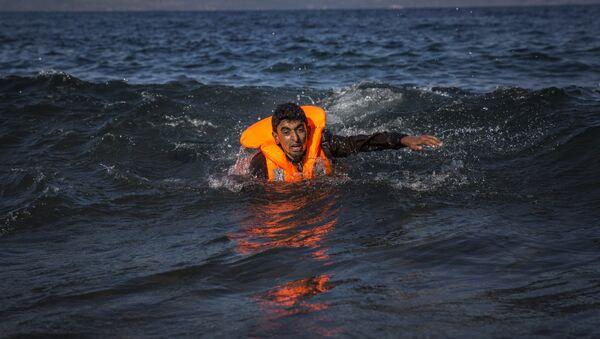 Migrante con salvagente - Sputnik Italia