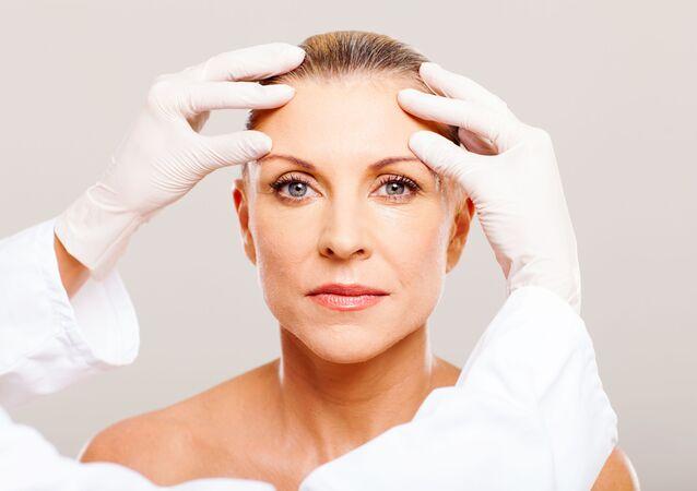 Cosmetista controlla il pelle della paziente