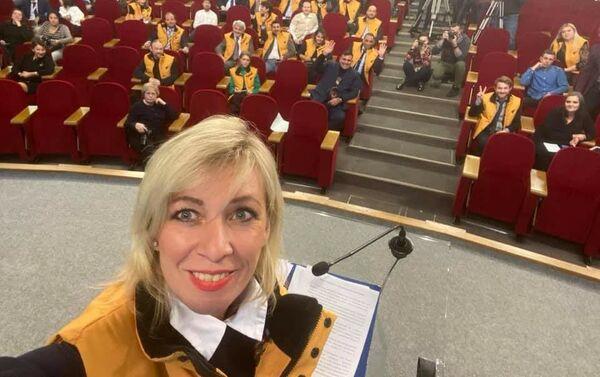 Selfie di Maria Zakharova vestita con una giacchetta gialla - Sputnik Italia