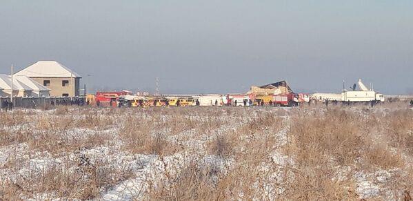 Le unità dei soccorsi e della polizia al sito dello schianto dell'aereo Fokker 100. - Sputnik Italia