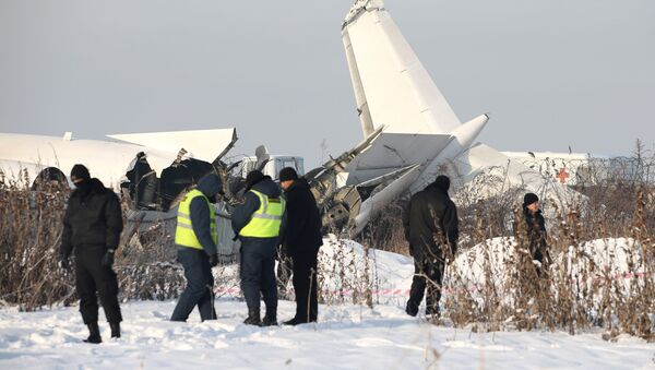 Сотрудники спасательной службы и полиции на месте крушения самолета Fokker 100 в Казахстане - Sputnik Italia