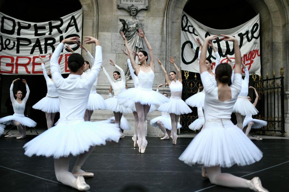 I ballerini dell'Opera di Parigi si esibiscono di fronte al Palais Garnier