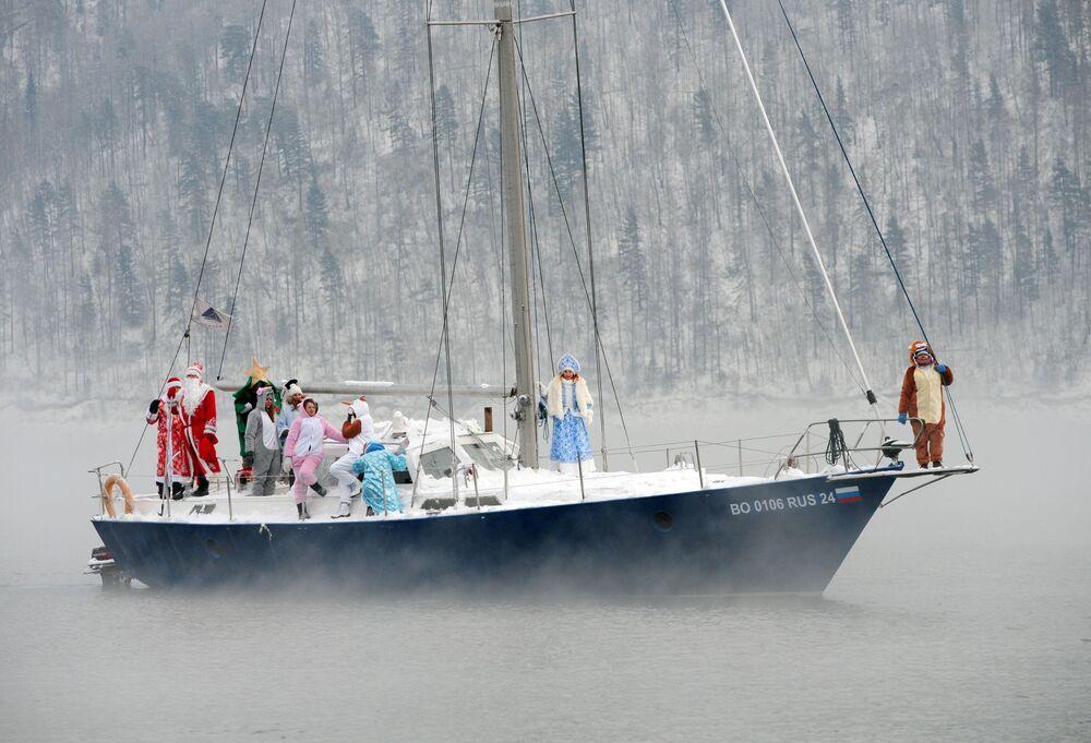 I membri dello Skipper Yacht Club e i loro ospiti in costumi di carnevale su uno yacht celebrano la fine della stagione nautica 2019
