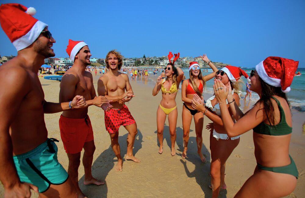 Turisti in costumi di Natale sulla spiaggia di Sydney