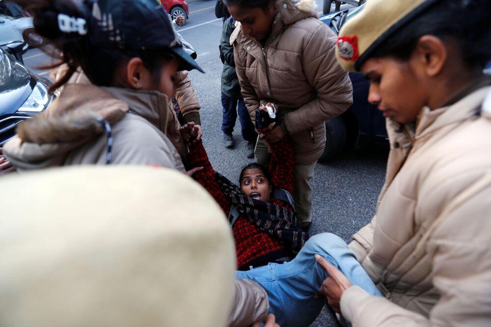 Una manifestante viene arrestata dalla polizia durante una protesta contro la nuova legge sulla cittadinanza a Nuova Delhi, India, il 23 dicembre 2019
