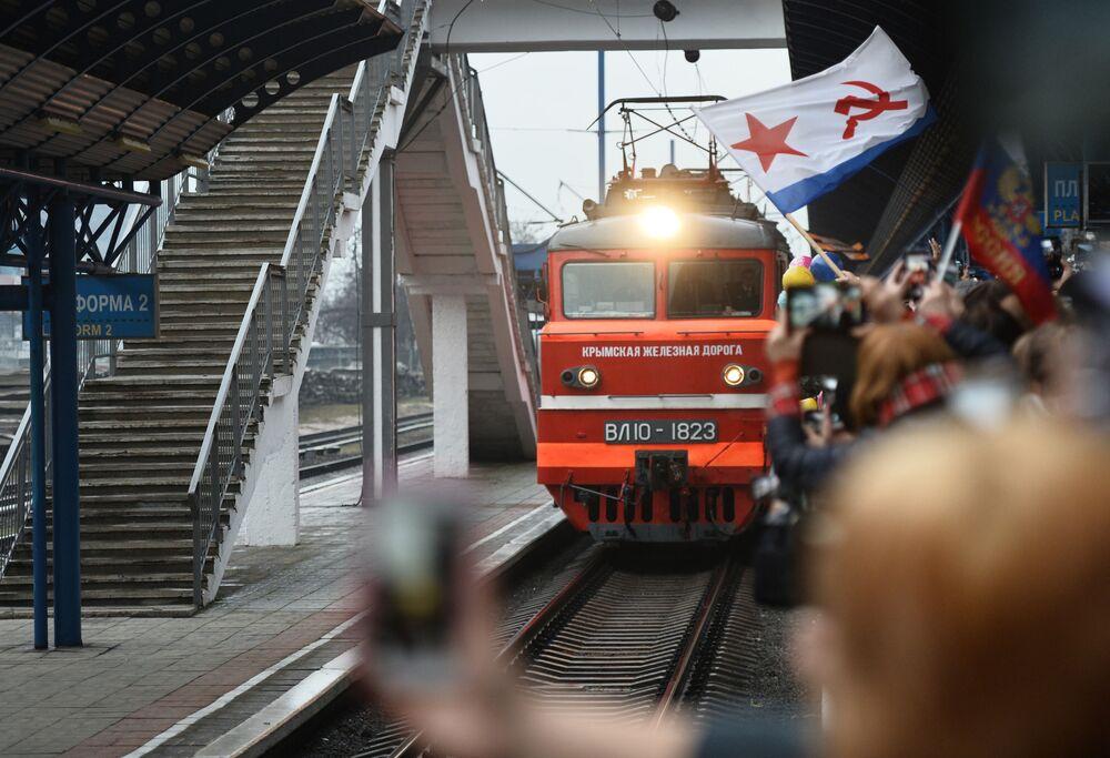 I partecipanti alla cerimonia di benvenuto si riuniscono nella stazione ferroviaria durante l'arrivo del treno Tavria a seguito dell'apertura del ponte ferroviario a Sebastopoli, Crimea, Russia
